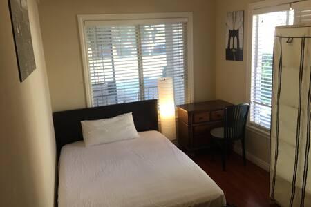 C房大床豪华全实木家具客房带书桌梳妆台衣柜 - サンゲーブリエル