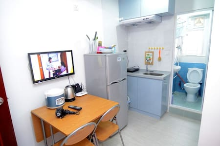 This is a 1 bedroom apartment, good for 3 people  Key area: can reach 3 MTR stations in 5 mins: Kowloon, Jordan & Austin  This cozy 1 bedroom apartment is well-equipped with all basic living necessity  這個一房公寓簡單清潔,各種基本生活設備都齊全,希望提供一個方便乾淨的住宿環境