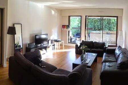 Bel appartement et grande terrasse!