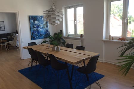 Big 4 room apartment close to central Odense. All new open kitchen and newly renovated bathroom. Dining room and living room with an open fireplace and a small balcony. Huge common areas with lots of possibilites.