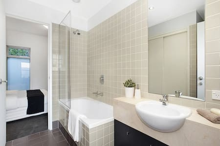 Private queen bedroom 6km from CBD - Kew - Apartment