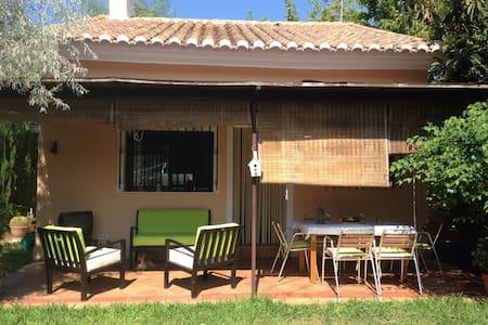 Casa rural con jardín y piscina. - Chalet
