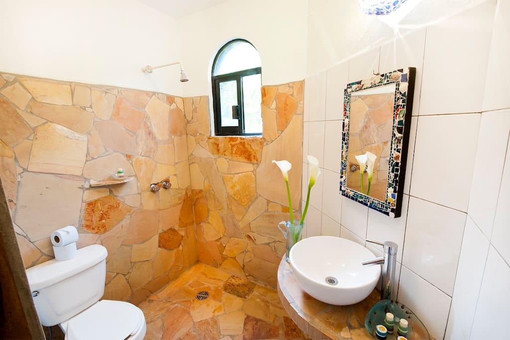 BAÑO , BATHROOM ROOM TO THE GARDEN