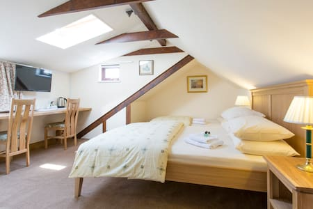 Roomy Loft, by Heathrow Airport. - West Drayton - Bed & Breakfast