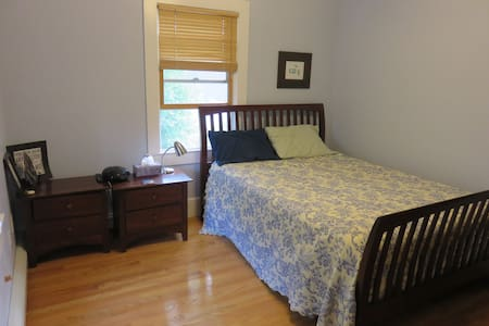 Room in private home on quiet road - Bed & Breakfast