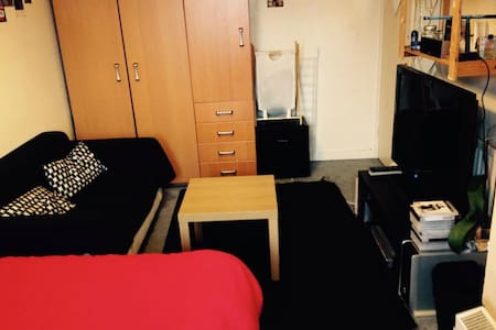 Luminous double room located in East London, a perfect place to spend the summer. This is a great area for restaurants, bars and shops and located a short 1min walk from the Hoxton station, 5min from Shoreditch, 8min from Old Street, 10min from Brick