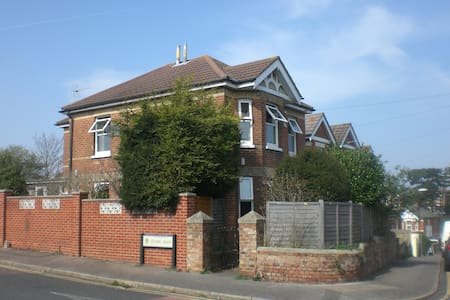 Modern 4 double bed detached house - Bournemouth - Huis
