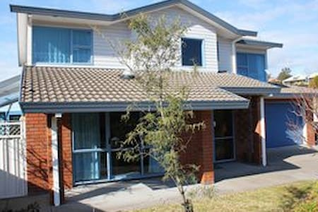 Cosy room in comfortable home above town. - Whakatane - Bed & Breakfast