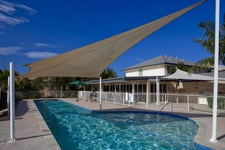 Townhouse, walking distance to Robina Town Centre - Robina