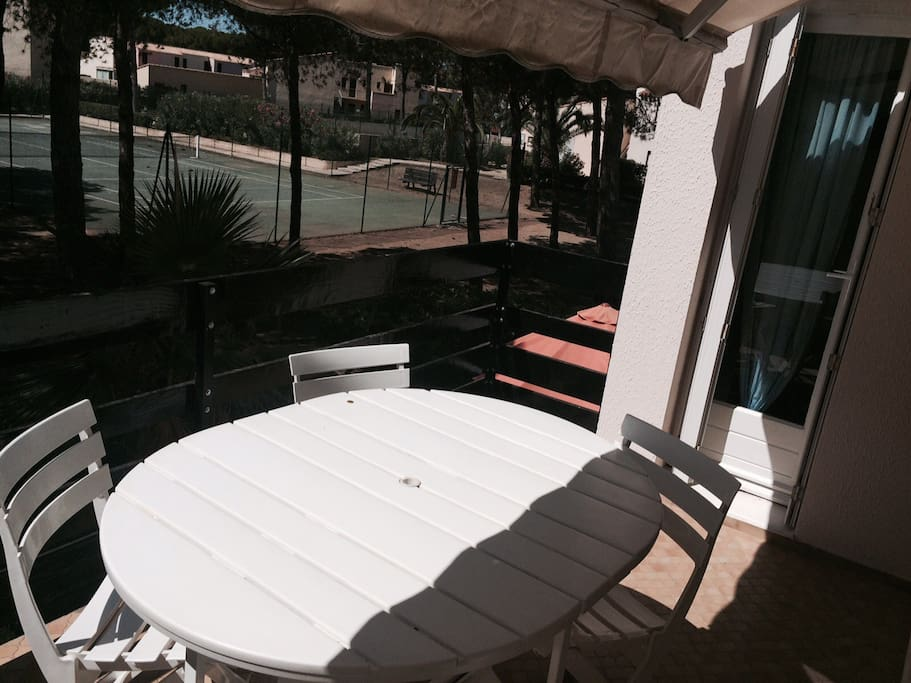 Appartement au c ur d 39 une pin de apartments for rent in agde for Piscine naturiste montpellier