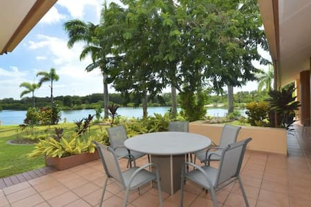 A spacious private room with twin single beds and access to a shared full bathroom in a large home  with amazing lake views.  Relax on the veranda, take a plunge in the pool, fish in the lake and cook what you catch in the kitchen or barbecue.