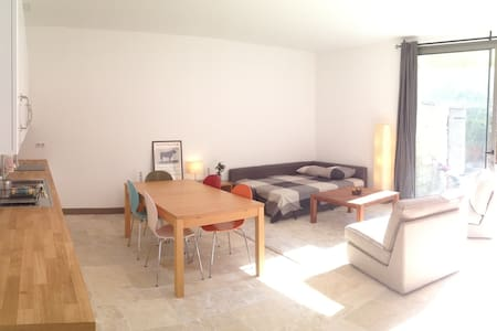 Spacious, light-filled studio 5 min walk to town - Sommières - Lejlighed