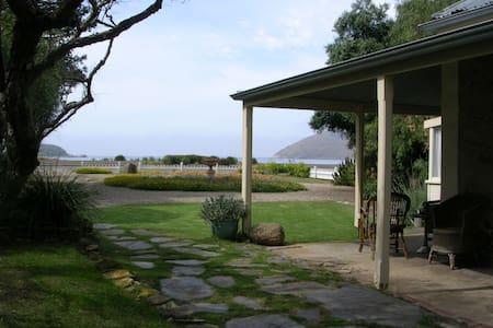 Beachfront heritage stone cottage - Encounter Bay - Bed & Breakfast