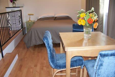 Fae's Place Farm House B & B - Summerland - Bed & Breakfast