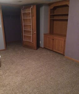 Private room, separate entrance, great getaway! - Omaha - House