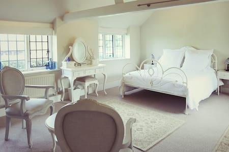 Romantic Hideaway in Kent - House