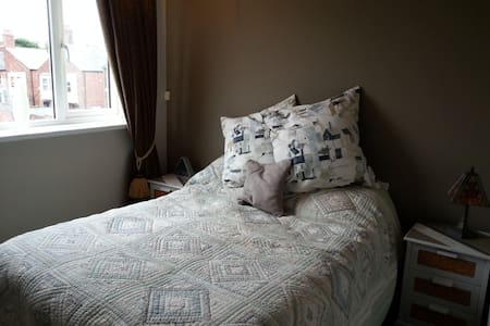 Refurbished room with double bed. - Hus