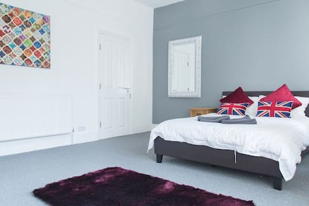 Large double bedroom with en-suite in Chorlton! - House