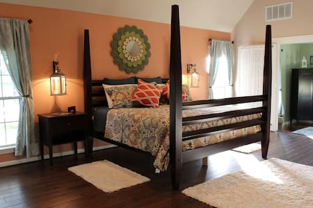 Maple Creek Bed and Breakfast -- The Lantern Suite - Tomball - Bed & Breakfast