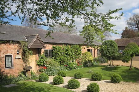 Beautiful grade 2 listed cottage - House