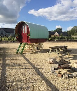 Glamping in Gypsy Wagon Caravan - Brinkworth