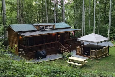 Mountain Cabin tucked in the woods - Waynesville