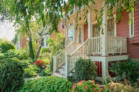 Sunny Huron Village Apt. w/ Terrace - Cambridge - Appartamento