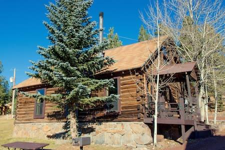 Historic log 4 BR Cabin 6 in the heart of Greer! - Greer - Kulübe