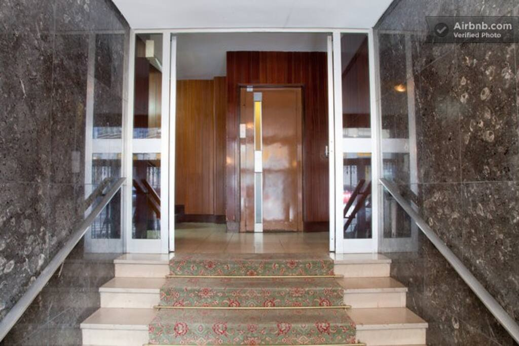 Entrance hall with lift