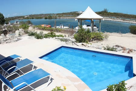 3 bedroom villa with pool and canal - Cooper Jack Bay Settlement - Vila