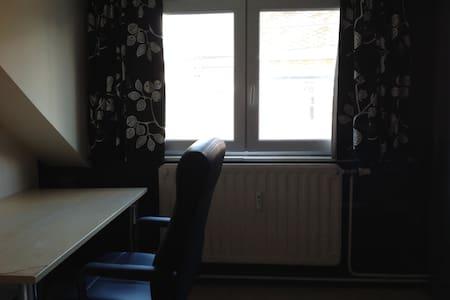 Chambre avec lit simple dans maison - Maison