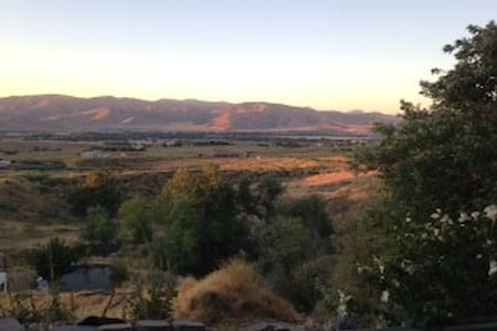 Privacy on 3 acres & one mile from everything. - Tehachapi