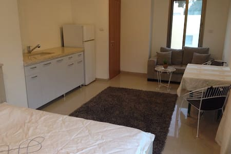 Affordable clean room with new A/C - 別荘