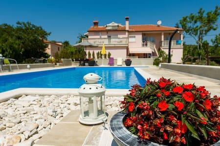 Cosy app with balcony & pool (4+2) - Kanfanar - Wohnung