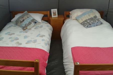 cosy overnight stay - near airport - Tent