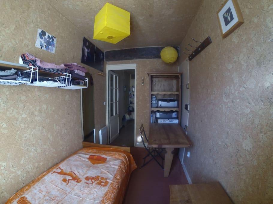 Chambre simple avec bureau / Single bedroom with desk / Quarto de solteiro com secretaria