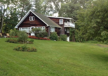 Quiet wooded getaway near hiking trails - Rumah