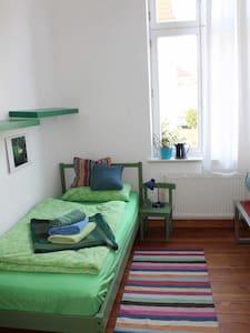 Sonniges Zimmer im  Altbau, fahrradfreundlich - Neustrelitz