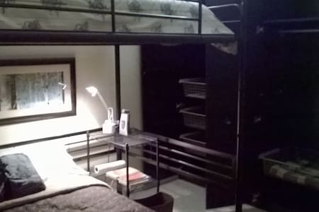 Rm w/ 2 full (double) size beds one bunk - Hus