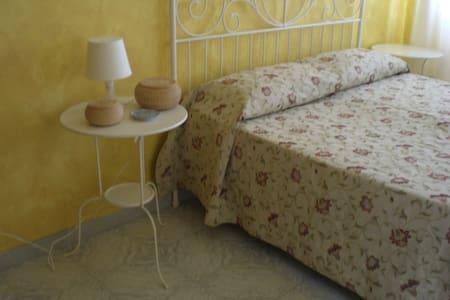"B&B ""Le Rose"" - camera doppia - Bed & Breakfast"