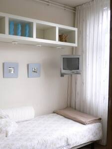 Girls cosy room,TV & free parking ! - Byt