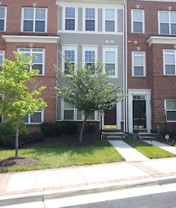1 Bed in Townhome with Private Bath - Townhouse