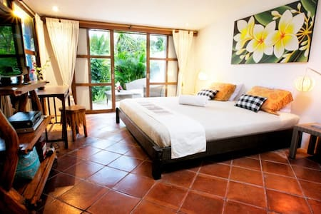 LARGE ROOM IN CANGGU /GARDEN &POOL