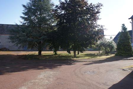 Chambre privée av accès indépendant - Santilly - House