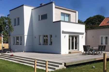 Modern house near city center - Ystad - Casa