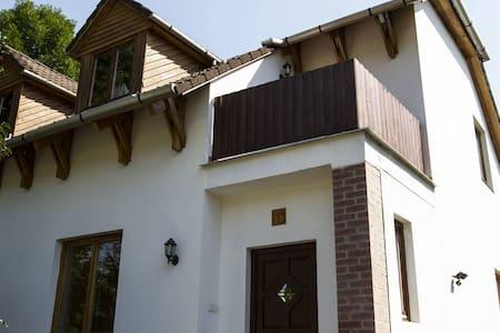Erdőre néző Premium 13 fős hétvégi ház - Gæstehus