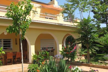 Charming Villa with Nice Garden - El Vendrell