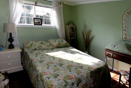 2 Bedrooms Seaside SAGE & BURGUNDY - Seaside - Bed & Breakfast