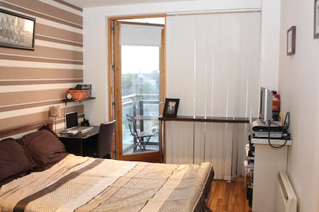 Great location located in the heart of Dublin- less than 10min walk to Temple Bar and all the tourist attractions ( i.e.  Trinity College, Molly Malone). Excellent if you're looking for a place that is central but at the same time relaxed and quiet.