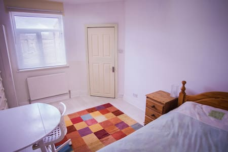 A large, quiet and clean room in a spacious house. - Wigan - Hus